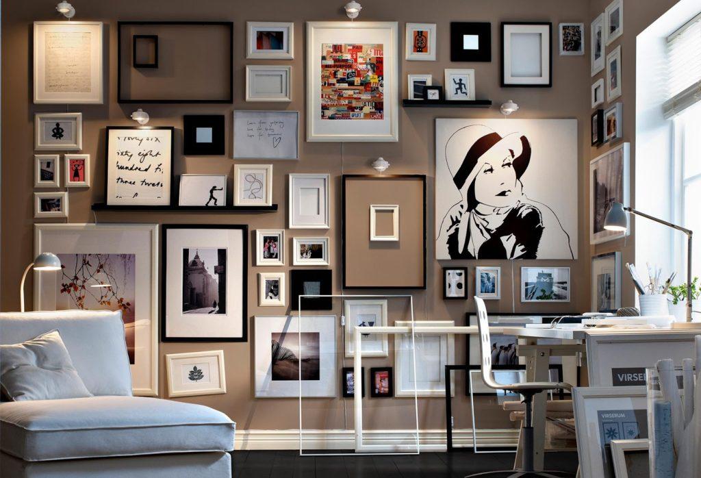 sala pequena decorada carregada